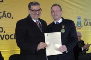 O prefeito Jairo Jorge entrega a Medalha Pinto Bandeira ao reitor Marcos Fernando Ziemer